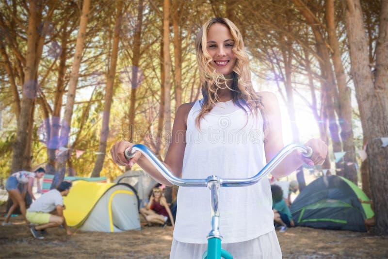 Złożony wizerunek cyfrowy złożony kobiety iść na rower przejażdżce obraz stock