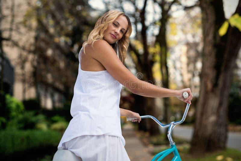 Złożony wizerunek cyfrowy złożony wizerunek iść na rower przejażdżce blondynka zdjęcie royalty free