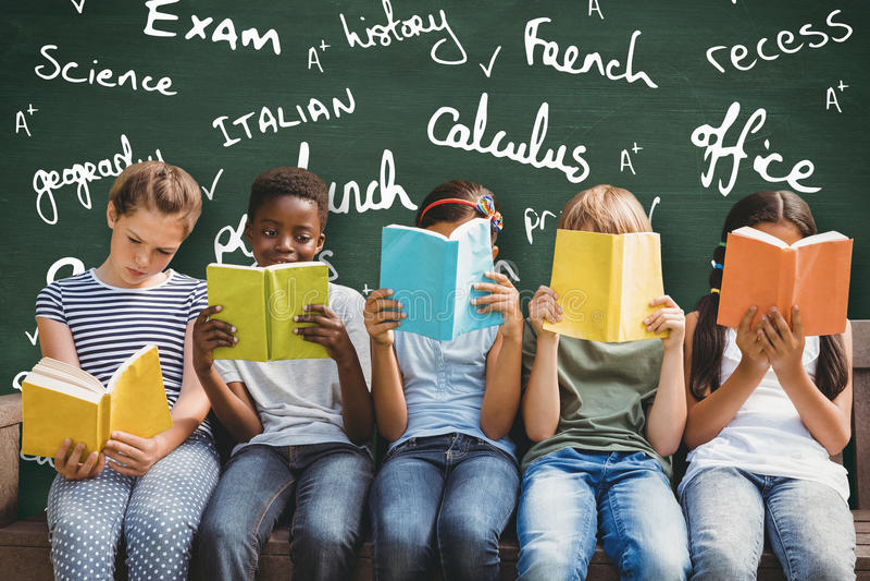Złożony wizerunek dziecko czytelnicze książki przy parkiem zdjęcie royalty free