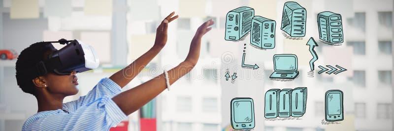 Złożony wizerunek gestykuluje młoda kobieta podczas gdy używać rzeczywistość wirtualna symulanta obrazy royalty free