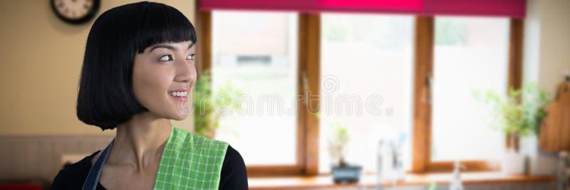 Złożony wizerunek kelnerki pozycja przeciw białemu tłu obrazy royalty free