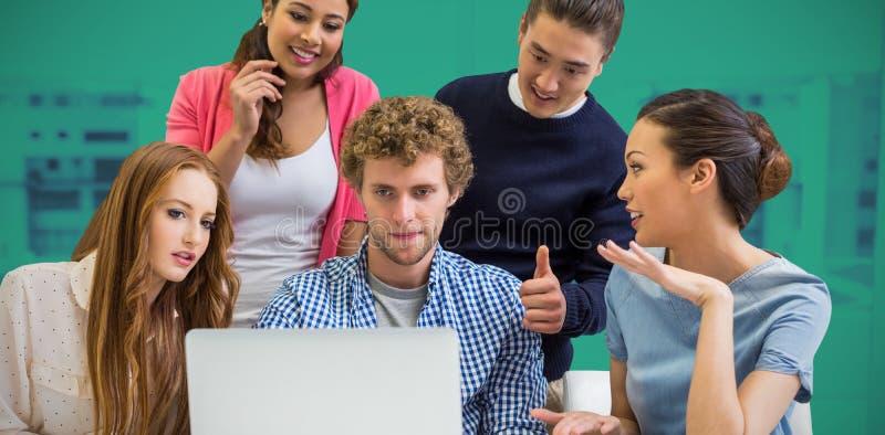Złożony wizerunek kierownictwa dyskutuje nad laptopem przy biurkiem zdjęcie stock