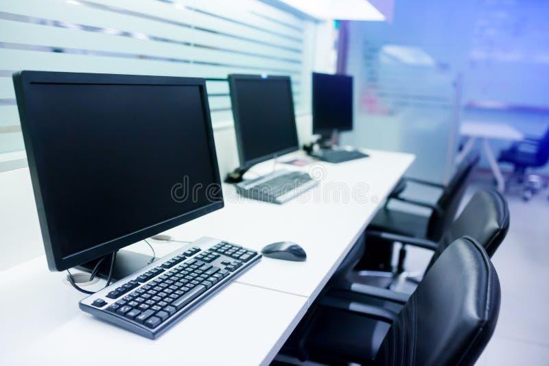 Złożony wizerunek komputer w biurze lub stażowym pokoju zdjęcie stock