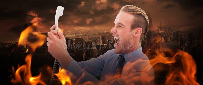 Złożony wizerunek krzyczy przy telefonem biznesmen zdjęcia stock