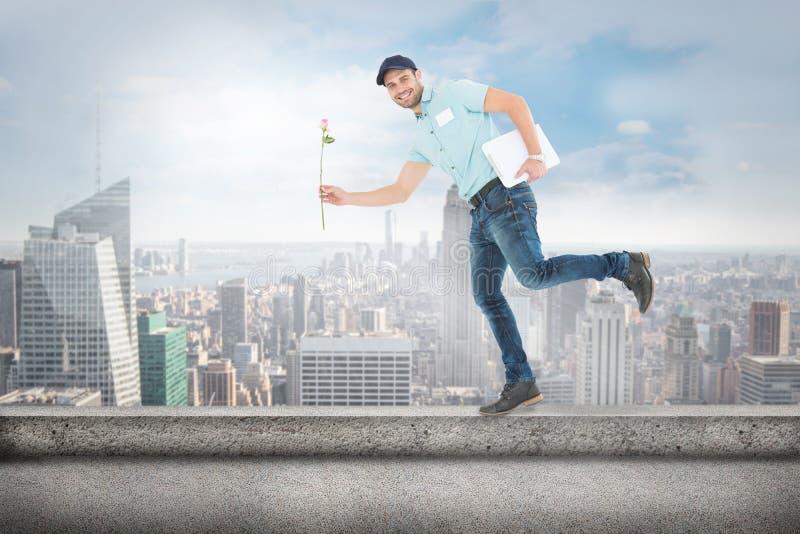Złożony wizerunek kwiatu doręczeniowego mężczyzna bieg na białym tle zdjęcia stock