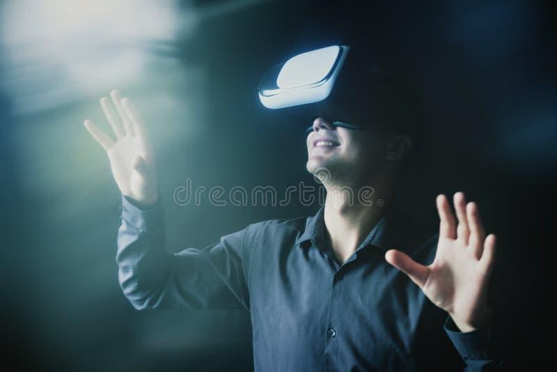 Złożony wizerunek mężczyzna jest ubranym VR słuchawki obrazy stock