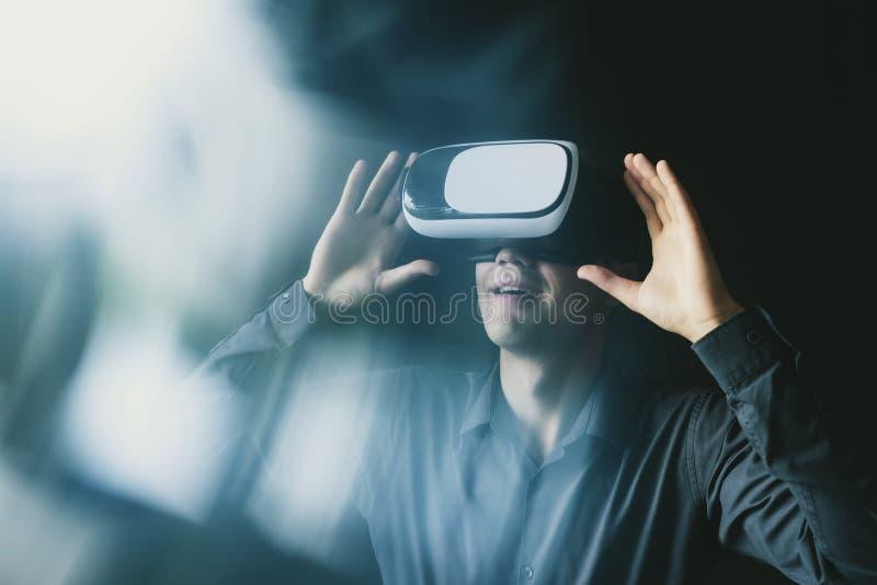 Złożony wizerunek mężczyzna jest ubranym VR słuchawki zdjęcie royalty free