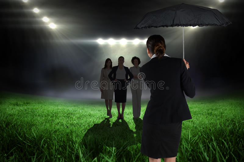 Złożony wizerunek młody bizneswomanu mienia parasol fotografia stock