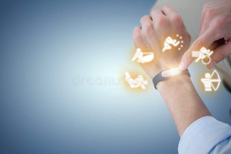 Złożony wizerunek midsection mężczyzna używa mądrze zegarek obrazy royalty free