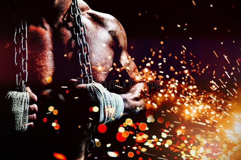 Złożony wizerunek midsection mięśniowy mężczyzny mienia łańcuch obraz royalty free