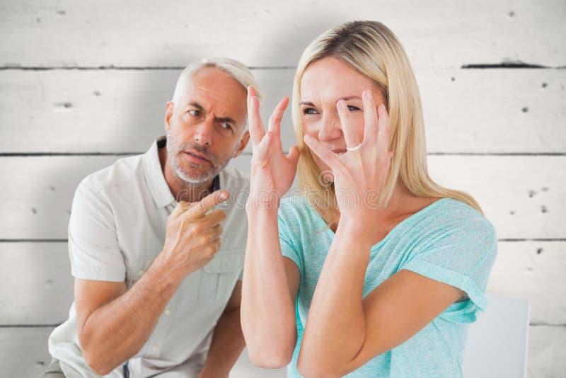 Złożony wizerunek nieszczęśliwy pary obsiadanie na krzesłach ma argument zdjęcia stock