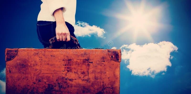 Złożony wizerunek niska sekcja kobiety mienia rocznika walizka zdjęcia stock