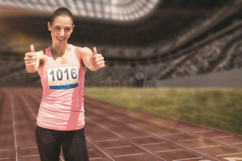 Złożony wizerunek ono uśmiecha się z aprobatami atlety kobieta obraz royalty free