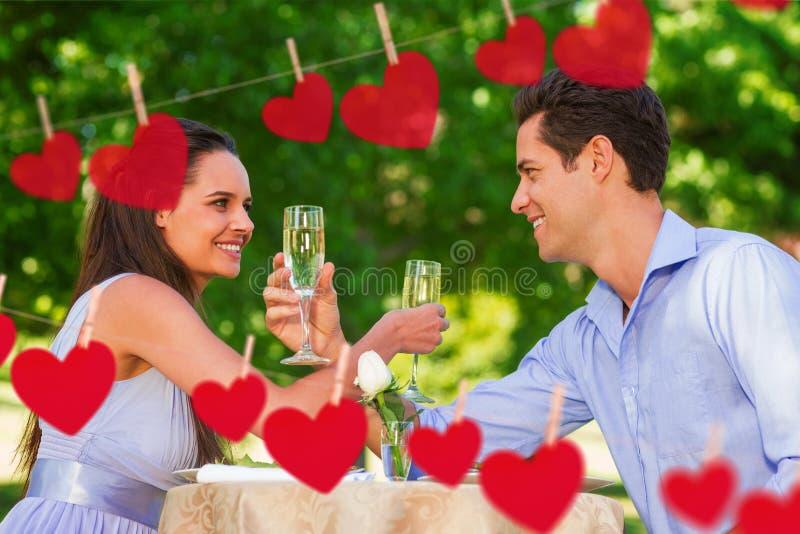 Złożony wizerunek para siedzi przy plenerowym café z szampańskimi fletami ilustracji