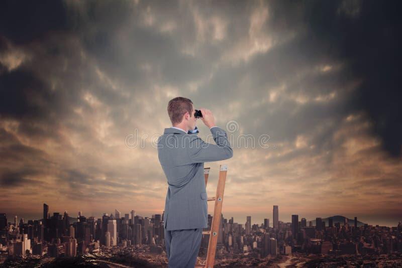 Złożony wizerunek patrzeje na drabinie biznesmen fotografia stock
