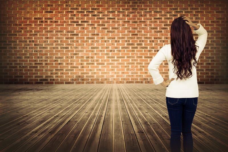 Złożony wizerunek pełnej długości tylni widok brunetka z ręką w włosy obrazy stock