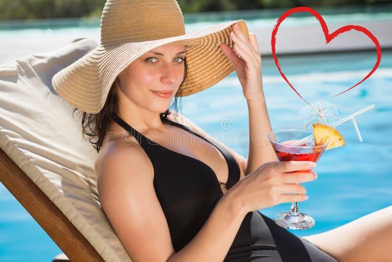 Złożony wizerunek piękny kobiety mienia napój pływackim basenem fotografia stock