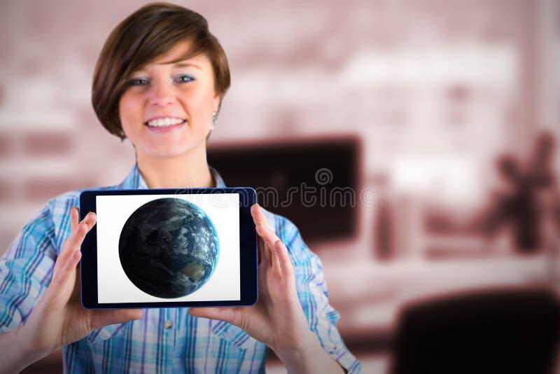 Złożony wizerunek pokazuje cyfrową pastylkę z pustym ekranem uśmiechnięta kobieta obrazy royalty free