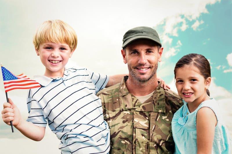 Złożony wizerunek ponownie łączyć z jego dziećmi żołnierz zdjęcie stock