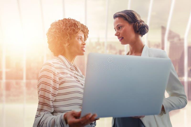 Złożony wizerunek portret bizneswomany pozuje z laptopem obraz stock