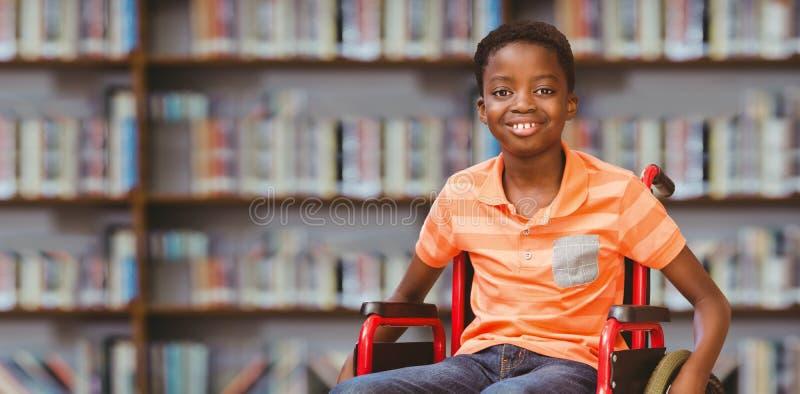 Złożony wizerunek portret chłopiec obsiadanie w wózku inwalidzkim przy biblioteką zdjęcie royalty free