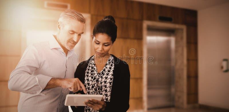 Złożony wizerunek portret ludzie biznesu używa cyfrową pastylkę obraz stock