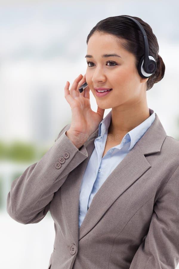 Złożony wizerunek portret skupiający się operator pozuje z słuchawki obraz royalty free