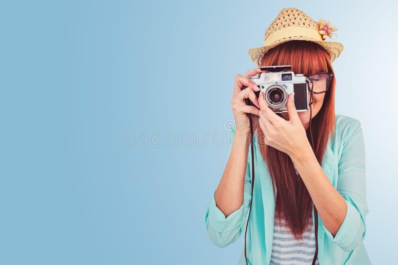 Złożony wizerunek portret uśmiechnięta modniś kobieta trzyma retro kamerę obrazy royalty free