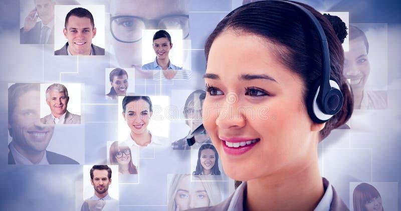 Złożony wizerunek pozuje z słuchawki szczęśliwy operator zdjęcie royalty free