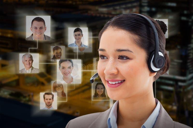 Złożony wizerunek pozuje z słuchawki szczęśliwy operator obraz royalty free