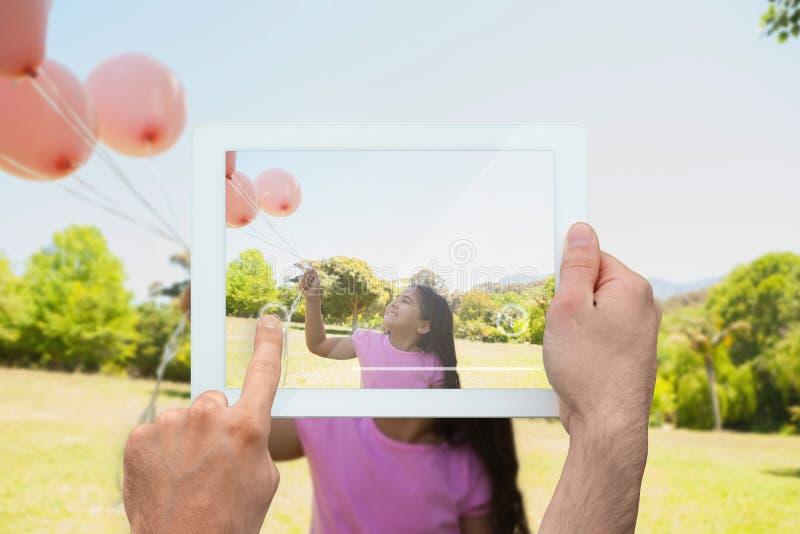 Złożony wizerunek ręki mienia pastylki komputer osobisty obrazy royalty free