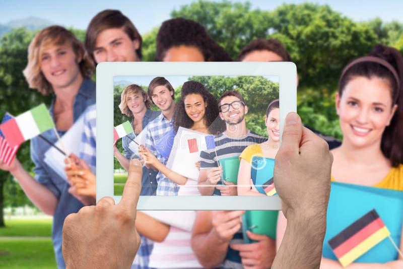 Złożony wizerunek ręki mienia pastylki komputer osobisty zdjęcie stock