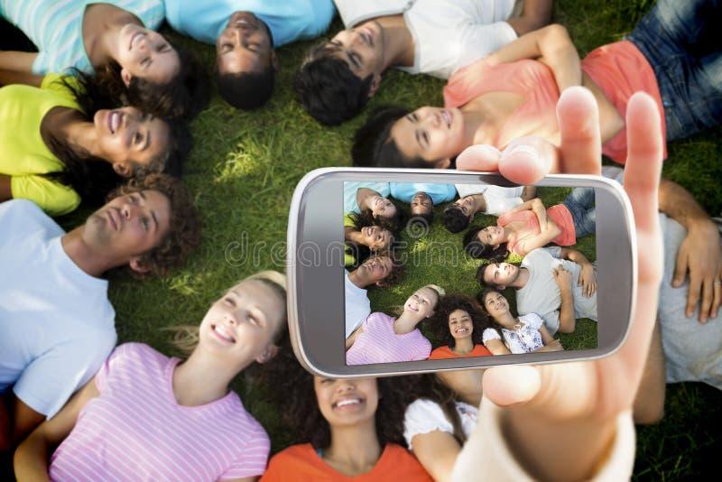 Złożony wizerunek ręki mienia smartphone seans obrazy royalty free