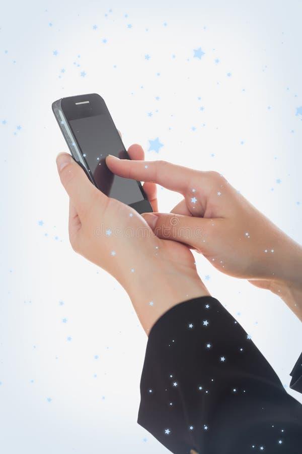 Złożony wizerunek ręki używać mądrze telefon obrazy royalty free