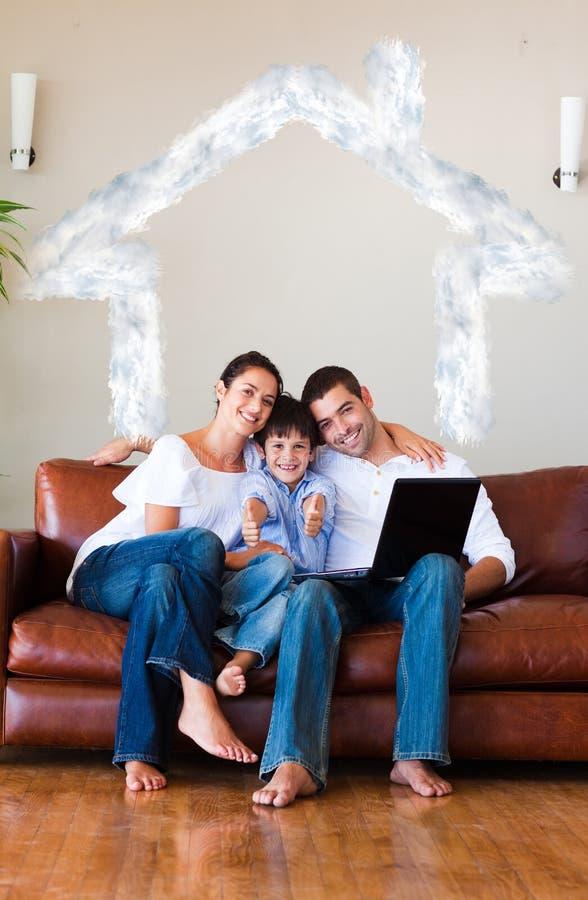 Złożony wizerunek rodzina używa laptop z aprobatami i copyspace royalty ilustracja
