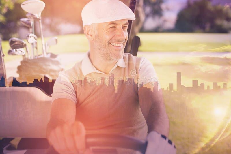 Złożony wizerunek rozochocona golfisty jeżdżenia fura fotografia royalty free