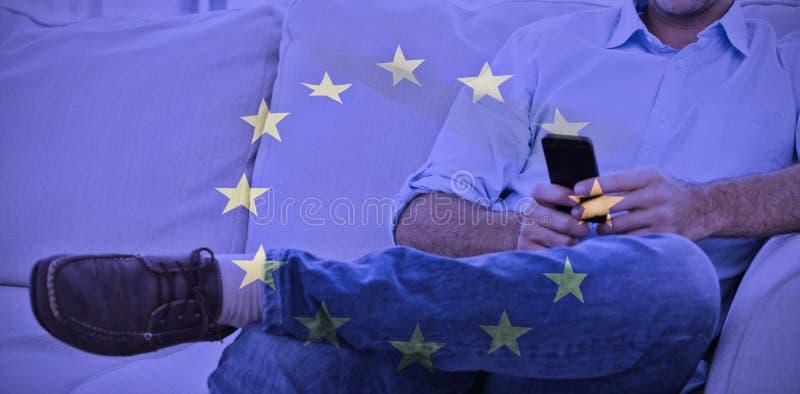 Złożony wizerunek rozochocony mężczyzna obsiadanie na leżance używać jego smartphone royalty ilustracja