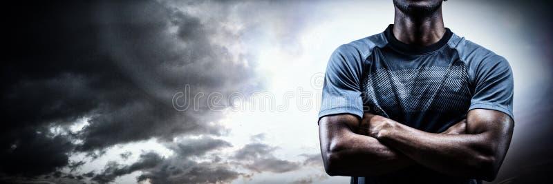 Złożony wizerunek rozważna atlety pozycja z rękami krzyżować zdjęcia stock