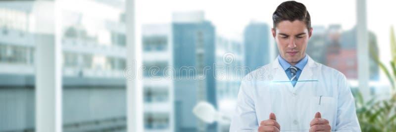 Złożony wizerunek skoncentrowanej samiec doktorski używa futurystyczny szkło obraz stock
