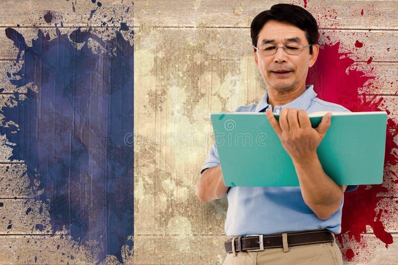 Złożony wizerunek starsze osoby obsługuje trzymać zieloną falcówkę zdjęcie royalty free