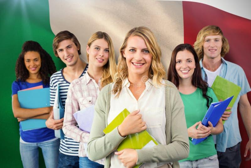Złożony wizerunek studenci collegu trzyma falcówki przy szkołą wyższa obraz royalty free