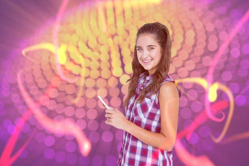 Złożony wizerunek szczęśliwa ładna brunetka używać pastylka komputer obrazy stock