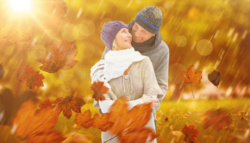 Złożony wizerunek szczęśliwa dojrzała para w zimy odzieżowym obejmowaniu fotografia stock