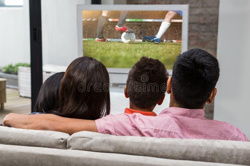 Złożony wizerunek szczęśliwy rodzinny ogląda tv na kanapie royalty ilustracja