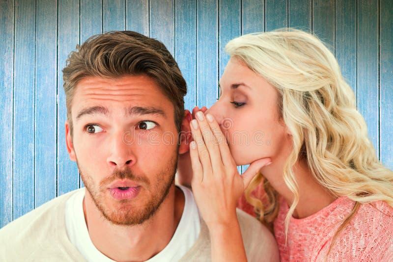 Złożony wizerunek szepcze sekret chłopak atrakcyjna blondynka fotografia stock