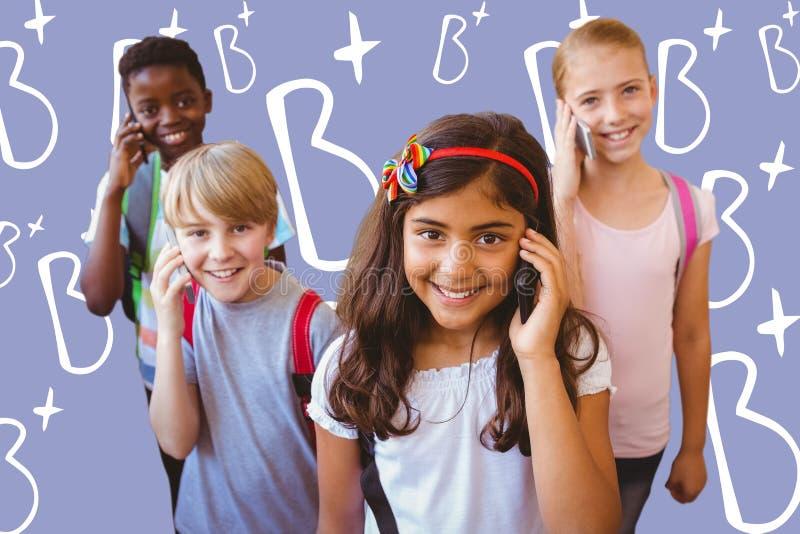 Złożony wizerunek szkoła żartuje używać telefon komórkowego w szkolnym korytarzu fotografia stock