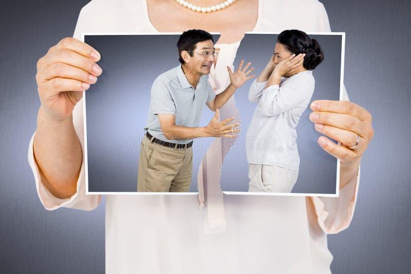 Złożony wizerunek trzyma poszarpaną fotografię kobieta obrazy stock
