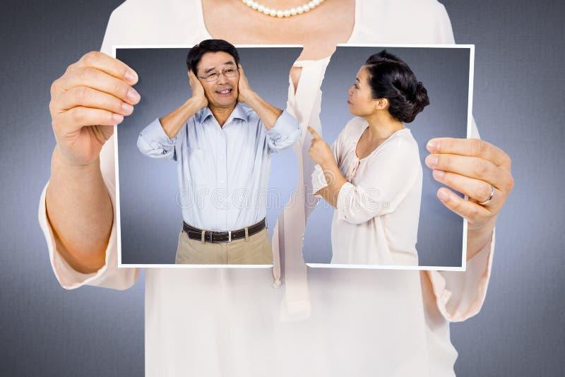 Złożony wizerunek trzyma poszarpaną fotografię kobieta fotografia stock