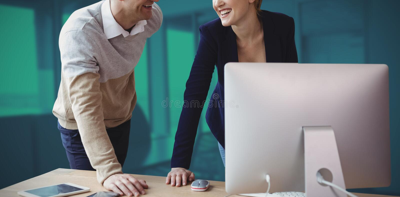 Złożony wizerunek uśmiechnięci koledzy dyskutuje nad komputerem przy stołem zdjęcia royalty free