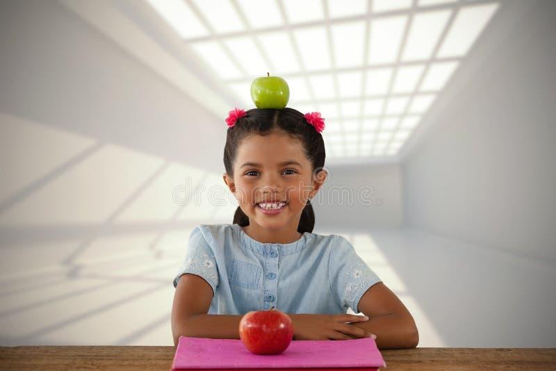 Złożony wizerunek uśmiechnięta dziewczyna z babcia kowala jabłkiem na głowie zdjęcie stock